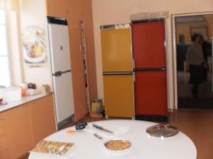 Keittiössä paljon tilaa sekä kolme jää-viileäkaappia