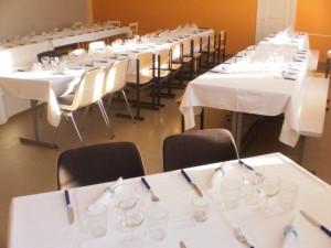 Pöydät valmiina juhlaa varten